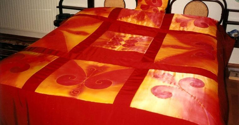 Felnőtt háló vörös selyem ágytakaróval