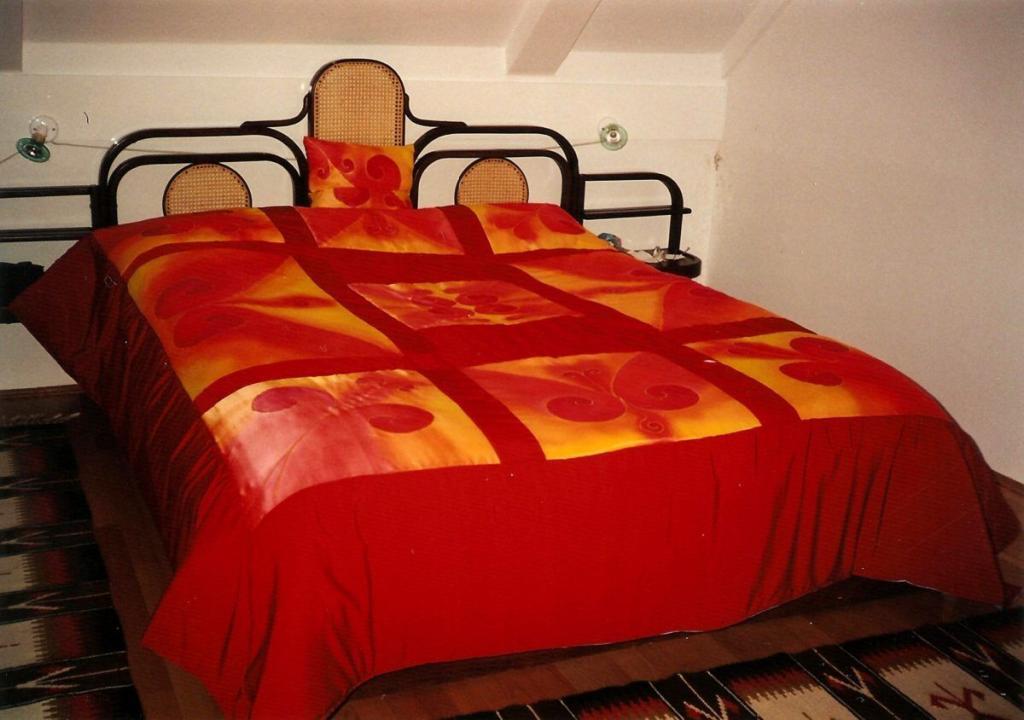 Festett vörös selyem ágytakaró