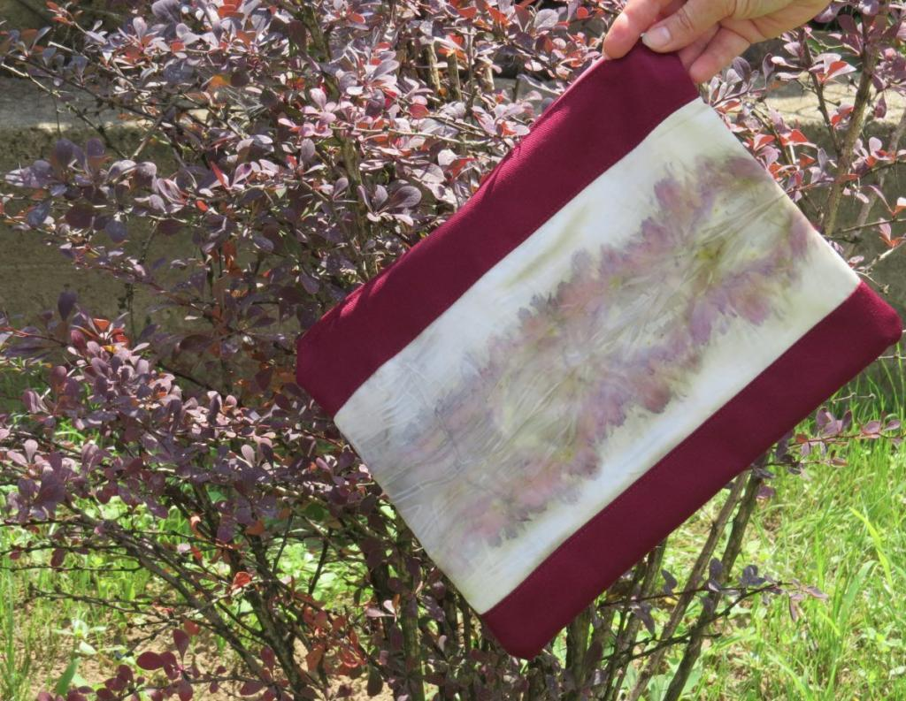 ecoprint technikával festett selyembetétes kistáska