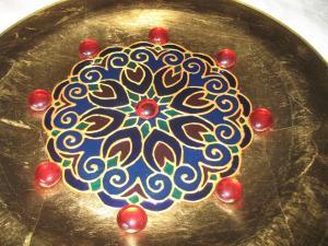 Arany-kék-vörös mandalás tál