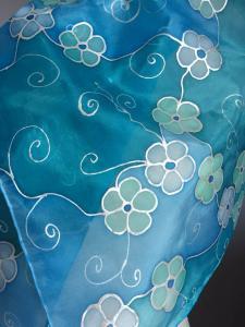 Kék árnyalatok virágos selyemsálon