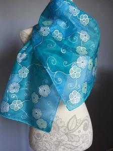 A kék árnyalatai kézzel festett selyemsálon