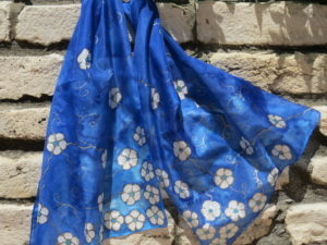 Tengerkék kézzel festett selyemsál