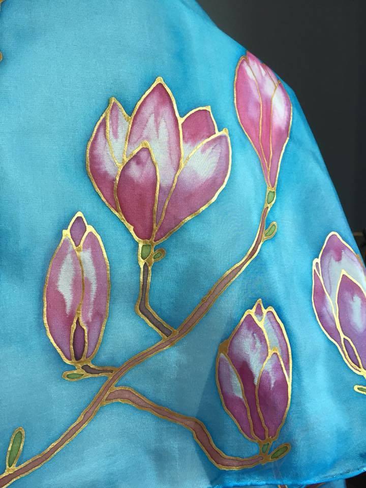 Kézzel festett kék selyemsál magnóliákkal