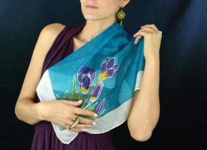 Különleges tavaszi selyemkendő, kézzel festett, krókusz mintával