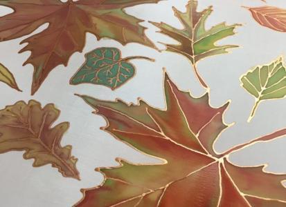 Színes őszi levelek selyemre festve