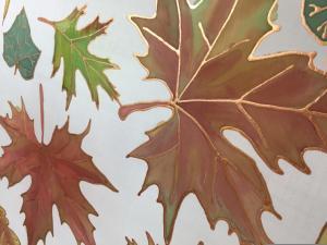 Őszi levelek selyemre festve, akvarell technikával