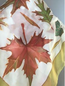 Selyemkendőre festett őszi levelek