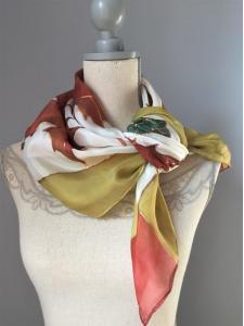 Egyedi selyemkendő őszi leveles mintával megfestve