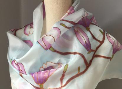 Selyemsál, kézzel festett, lila magnóliákkal