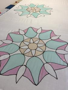 Mandala készítése selyemre