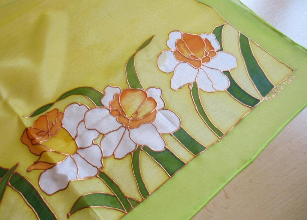 Kézzel festett selyemkendő nárciszokkal