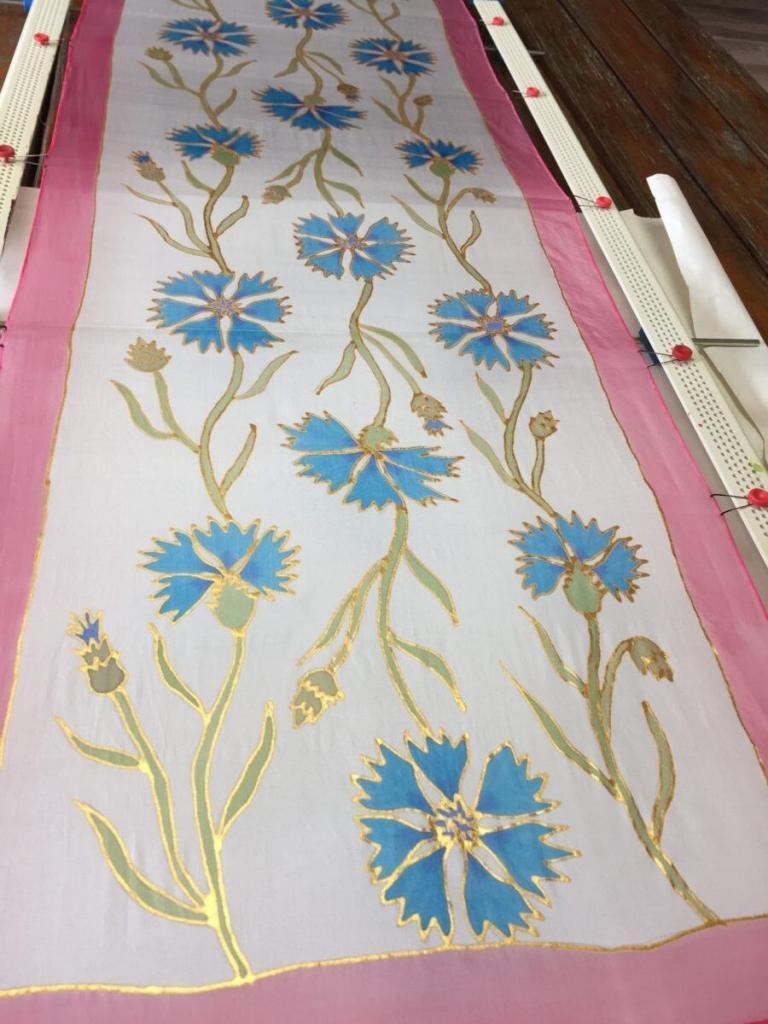 Kézzel festett selyemsál festőkereten